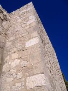 Muralla de Ciudad Real Torre vista desde su base
